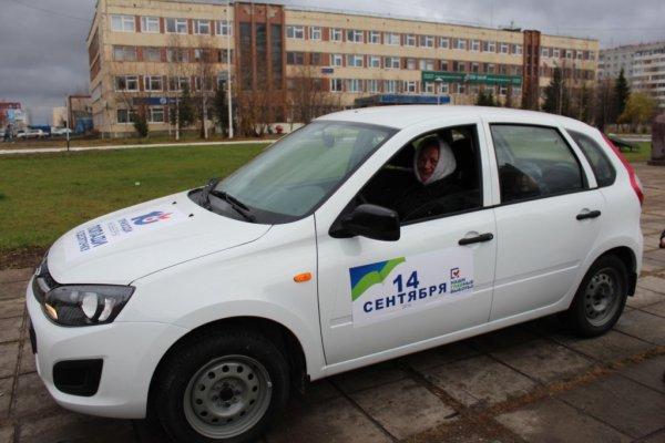Жительнице деревни Новикбож вручили ключи от автомобиля ЛАДА КАЛИНА