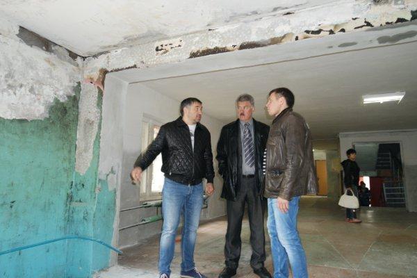 Юрий Заболотный лично оценил ход ремонта кровли общежития