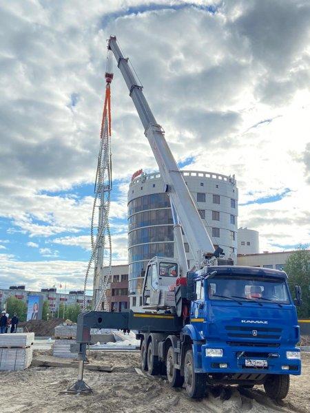 """Сегодня в Усинске в строящемся в центре города сквере установили стелу """"Пламя"""""""