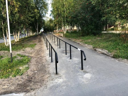 В Усинске продолжаются работы по обустройству спусков с тротуаров