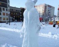 В Усинске вандалы разбили ледяную фигуру Снегурочки