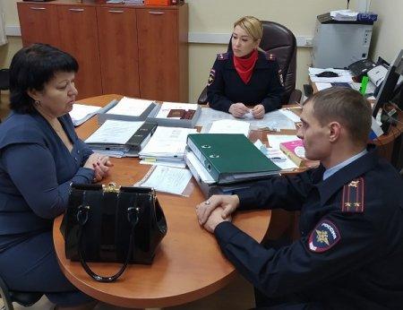 В Усинске общественники проверили работу подразделения по вопросам миграции и РЭО ГИБДД
