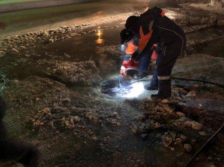 В Усинске ликвидируют порыв на водоводе