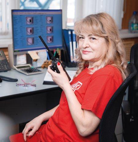 Лариса Недобежкина в операторной, контролирует все производственные процессы