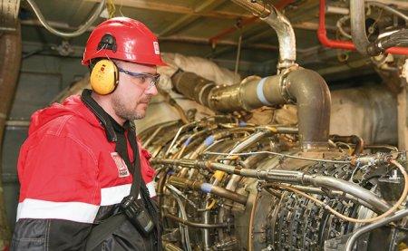 Машинист компрессорных установок Алексей Демьянов производит осмотр турбин