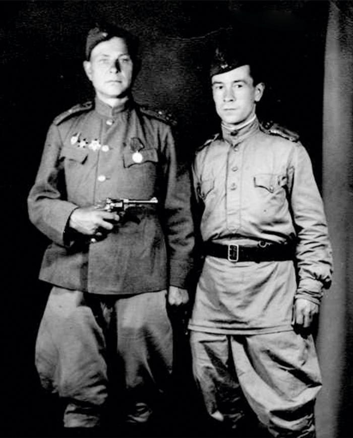Василий Кугушев (справа) с боевым товарищем