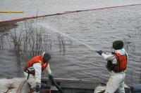 Работы по очистке от нефтепродуктов на Колве продолжаются
