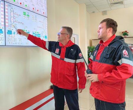 Заместитель начальника цеха по обслуживанию электрооборудования №3 Константин Глушков и инженер 1-й категории УПРА Ильшат Юнусов