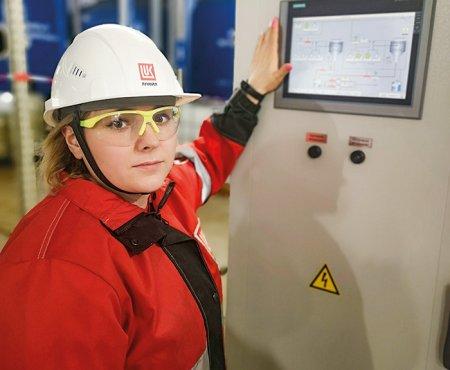 Ольга Семенихина проверяет дозации химических реагентов